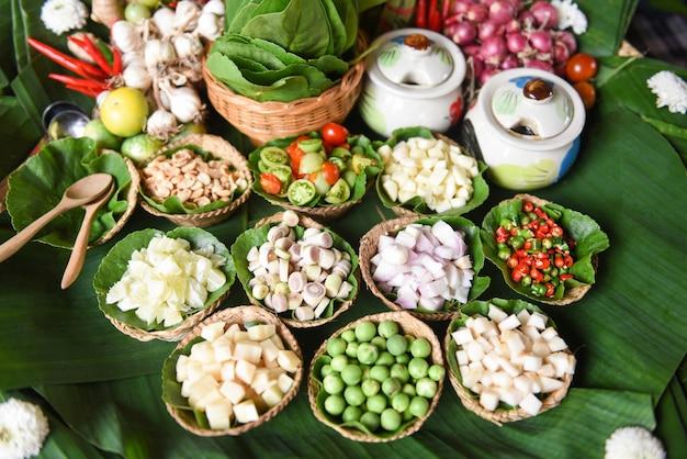 La foglia saporita avvolge gli ortaggi freschi della minestra piccante degli ingredienti delle erbe e delle spezie per tom yum tailandese
