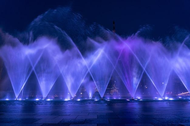 La fontana che mostra al nuovo grande magazzino di bangkok, arte e concetto di presentazione