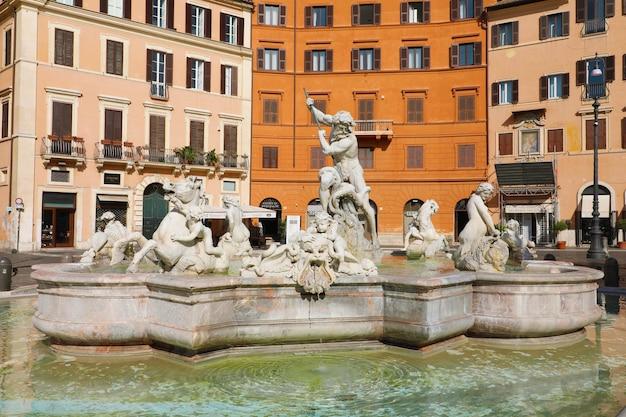 La fontana del nettuno sulla famosa piazza navona, roma, italia