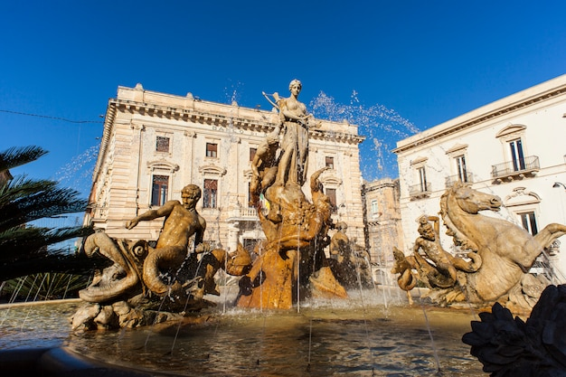 La fontana di artemide a siracusa, in sicilia, italia
