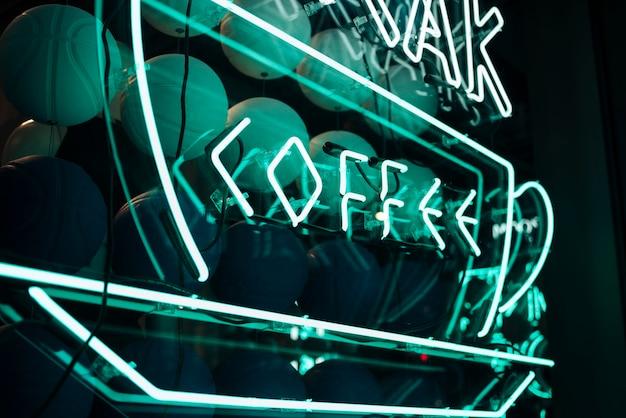 La fonte greca del caffè firma dentro le luci al neon