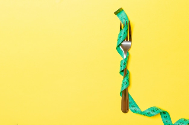 La forcella è avvolta in un nastro di misurazione sul giallo