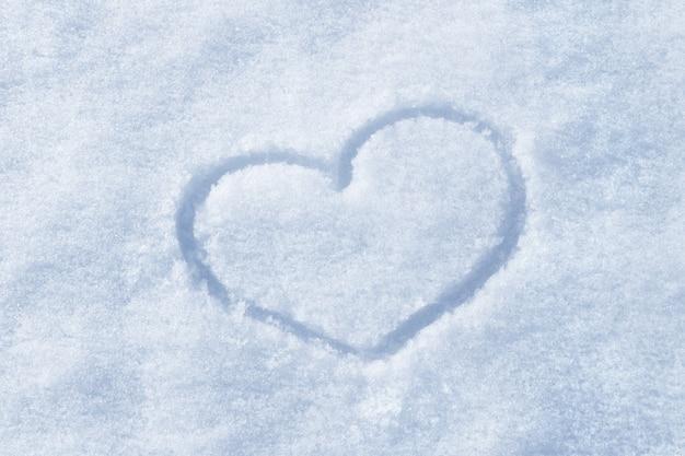 La forma del cuore dipinto sulla neve bianca