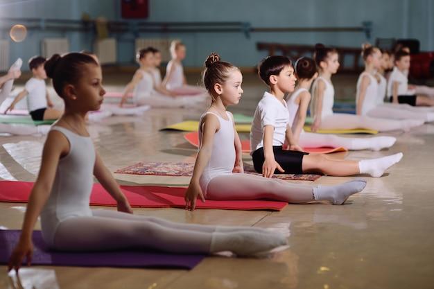 La formazione di giovani ballerini nello studio di balletto.