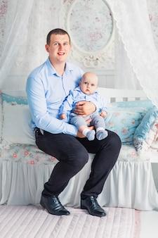 La foto di padre e figlio si siedono nella stanza dei bambini