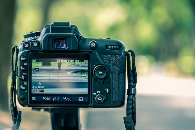 La fotocamera sullo sfondo bokeh al mattino