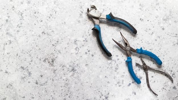 La freccia è disposta da un utensile elettrico su grigio