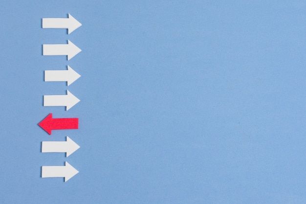 La freccia rossa ribelle e la folla di frecce bianche sono diverse