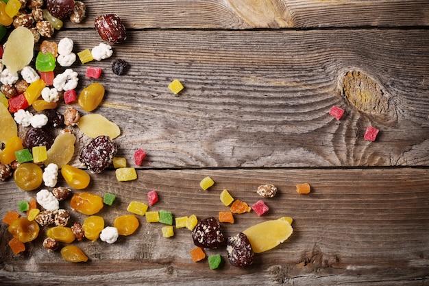 La frutta matta e secca si mescola su fondo di legno