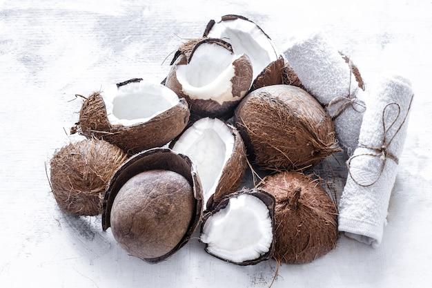 La frutta tropicale ha dimezzato il cocco rozbitogo su uno sfondo chiaro, il concetto di frutta biologica