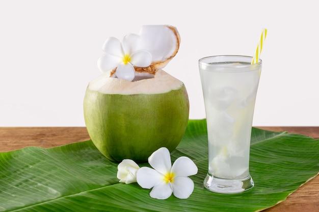 La frutta verde della noce di cocco si è aperta per bere il succo e mangiare.