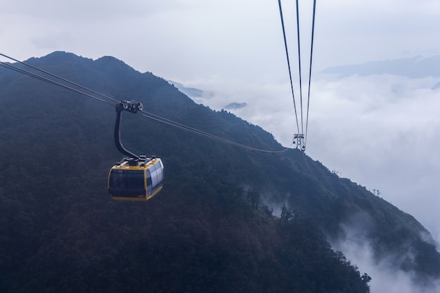 La funivia elettrica va alla montagna di fansipan in sapa, vietnam.