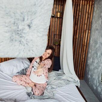 La futura madre che gioca con il cuscino