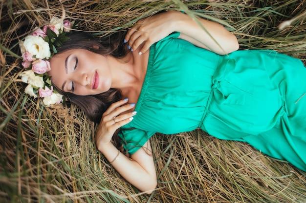 La futura madre giace sull'erba