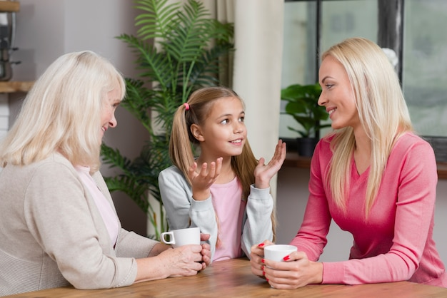 La generazione femminile felice parla l'un l'altro nella cucina