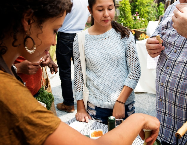 La gente al cibo locale sano festivo