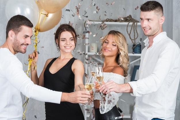 La gente batteva i bicchieri di champagne
