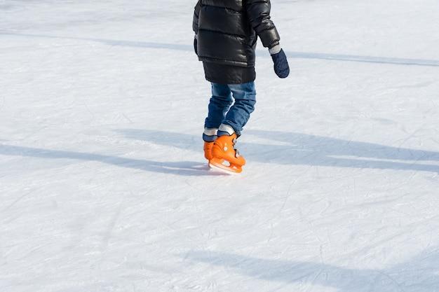 La gente cavalca sulla pista di pattinaggio sulla pista di pattinaggio durante le vacanze di natale.