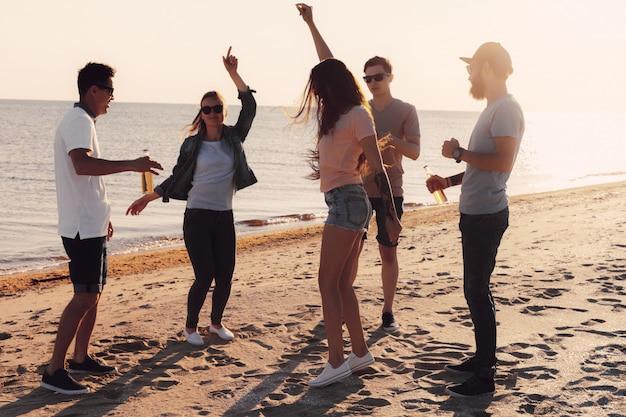 La gente che balla in estate