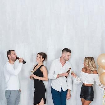 La gente che beve alcol e parla