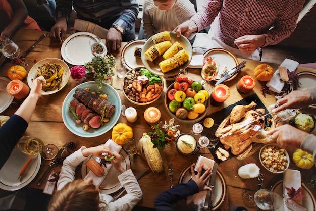 La gente che celebra il concetto di tradizione di festa di ringraziamento