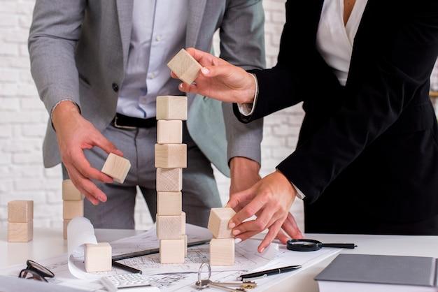 La gente che costruisce una torre di legno