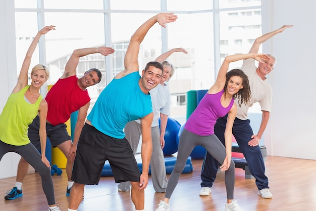 La gente che fa esercizio di stretching in palestra