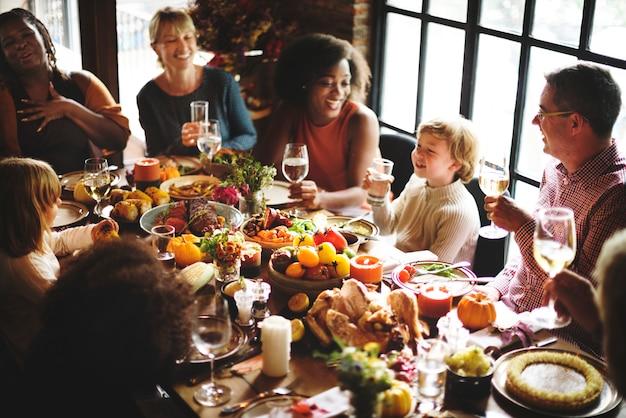 La gente che parla celebra il concetto di festa di ringraziamento