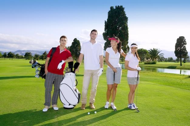La gente del campo da golf raggruppa la squadra dei giovani giocatori