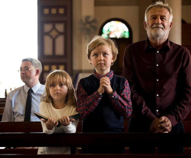 La gente della chiesa crede ai religiosi religiosi