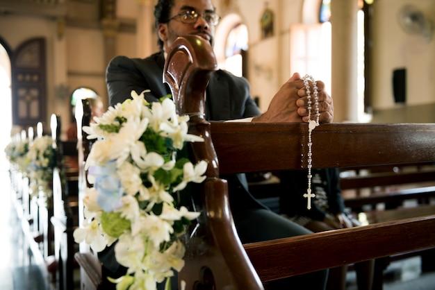 La gente della chiesa crede alla confessione religiosa di fede