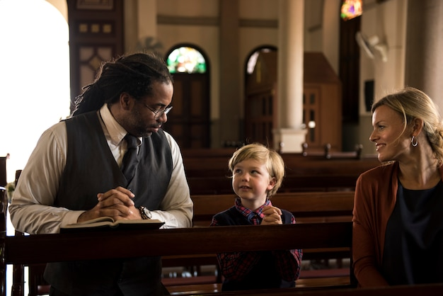 La gente della chiesa crede alla famiglia religiosa di fede