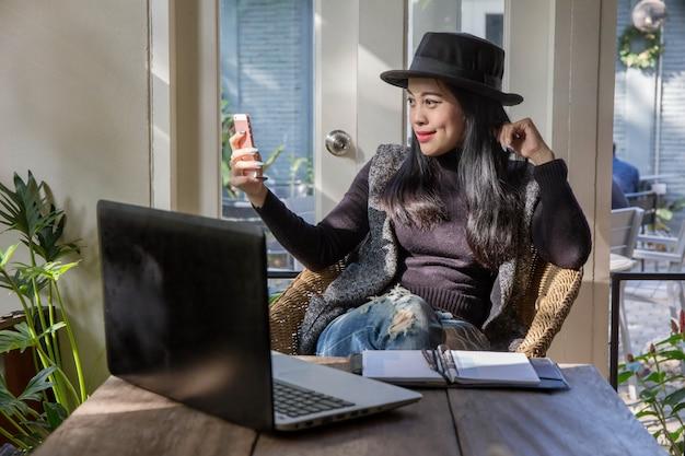 La gente di affari asiatica raggruppa il presente e rivede insieme il business plan di strategia di marketing finanziario nella sala riunioni.