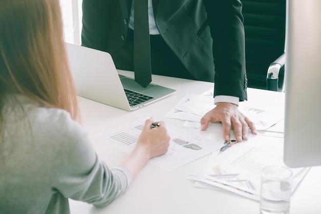 La gente di affari che discute si lamenta delle tabelle e dei grafici