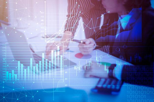 La gente di affari da vicino è relazione di attività di analisi con lo schermo virtuale digitale, fondo finanziario di affari