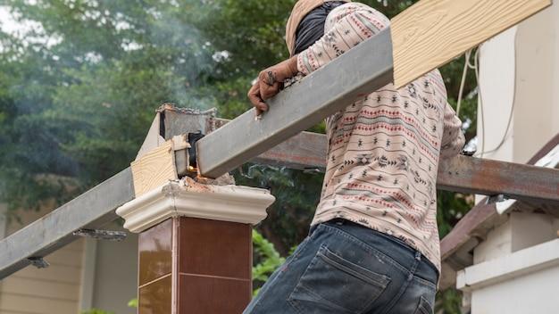 La gente è un muratore o un lavoro professionale per costruire un costruttore