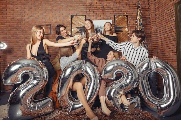 La gente festeggia un nuovo anno con grandi balli