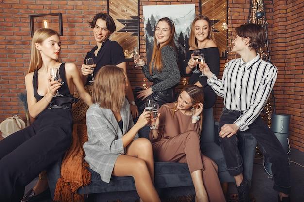 La gente festeggia un nuovo anno con uno champagne