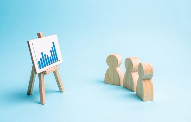 La gente guarda il programma e discute la strategia aziendale e i piani per lo sviluppo