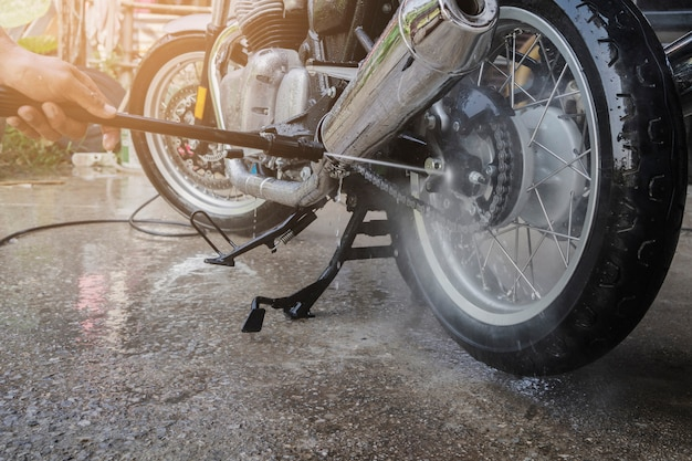 La gente lava la pulizia della moto a casa
