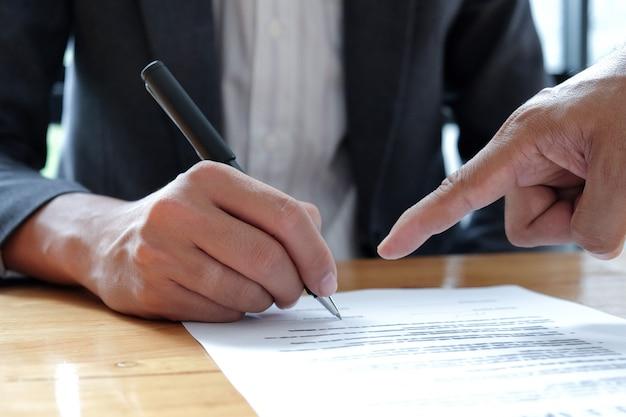 La gente passa a indicare di firmare documenti.