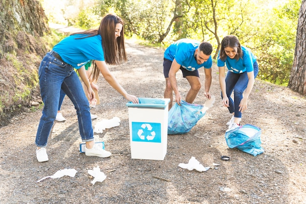 La gente raccoglie spazzatura nei boschi
