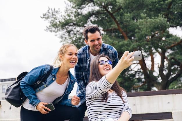 La gente ridendo e prendendo selfie