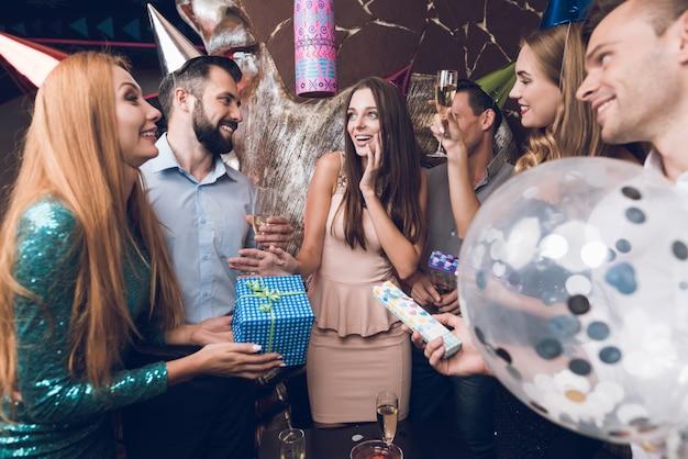 La gente si riposa in discoteca e si congratula con la sua amica.