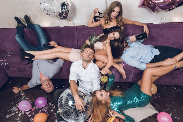 La gente sta riposando dopo una festa tumultuosa in un locale notturno