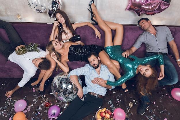 La gente sta riposando dopo una festa tumultuosa in una discoteca.