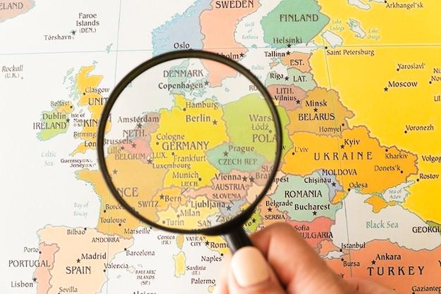 La germania ha mostrato sulla mappa aiutato dalla lente d'ingrandimento