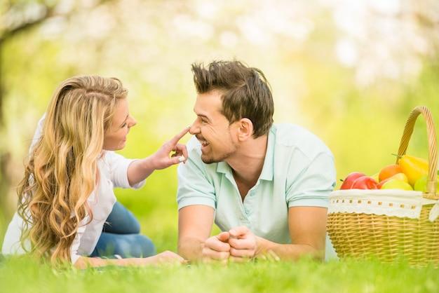 La giovane bella coppia sta trovandosi in legno.
