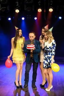 La giovane compagnia allegra celebra il compleanno in un night-club