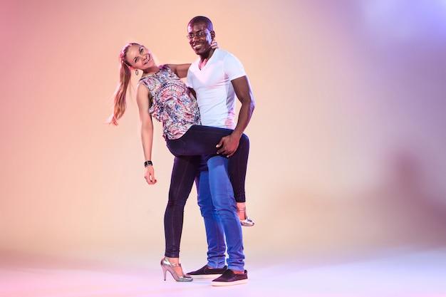 La giovane coppia balla la salsa caraibica sociale, colpo dello studio